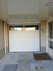 garagedeur Stucco Colore met een glassectie