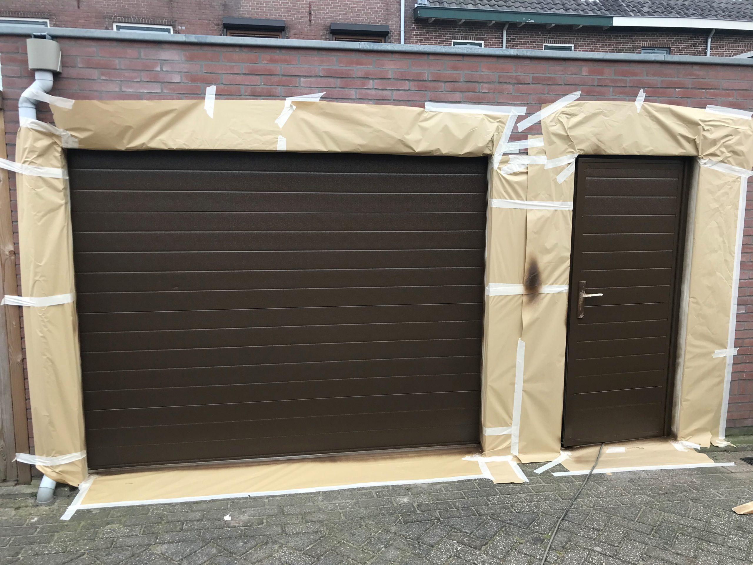 nieuw gespoten garagedeur bruin