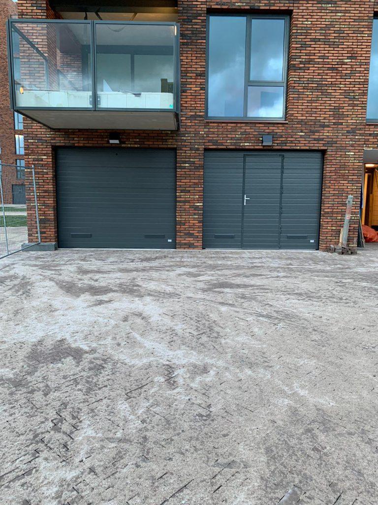Garagedeur met rooster in kleur