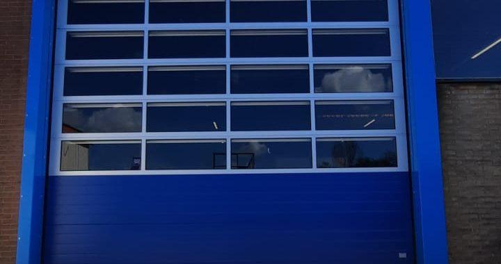 blauwe overheaddeur