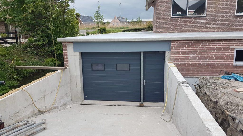 nieuwe garagedeur met aparte loopdeur
