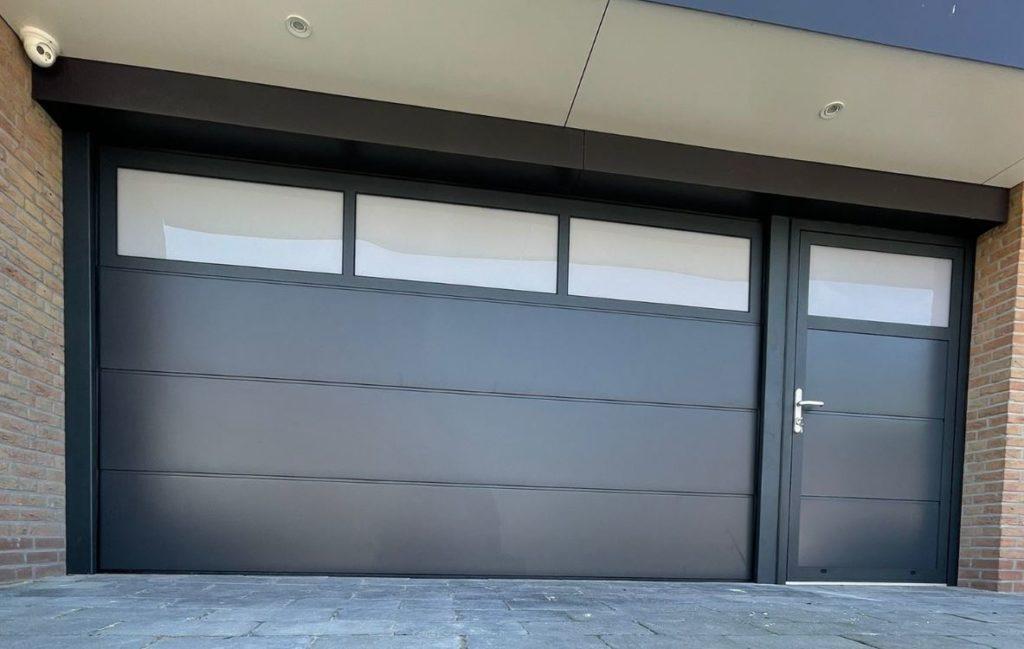 Prachtige garagedeur met aparte loopdeur